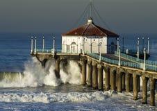 Große Welle, die in Manhattan- Beachpier abbricht Lizenzfreie Stockfotos
