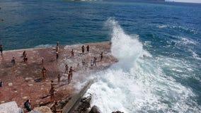 Große Welle, die Ufer schlägt Lizenzfreie Stockfotografie