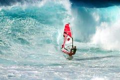 Große Welle und Windsurfer Stockfotografie