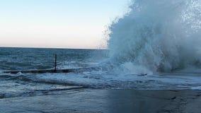 Große Wellen auf dem Schwarzen Meer stock video