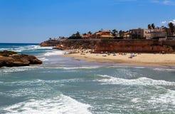 Große Wellen auf dem Strand in Spanien stockfotos