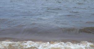 Große Wellen auf dem Ufer des Sees stock video footage
