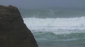 Große Wellen auf Felsen stock footage