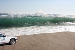 Große Wellen auf Strand Stockfotografie
