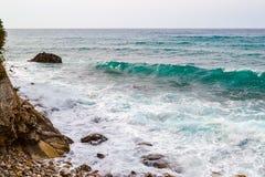 Große Wellen, die auf dem Ufer brechen Wellen mit Gischt Stockbilder
