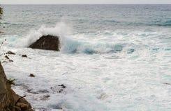 Große Wellen, die auf dem Ufer brechen Wellen mit Gischt Lizenzfreie Stockbilder