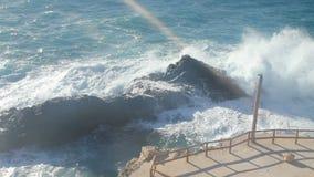 Große Wellen, die auf Kanarischer Insel chrushing sind stock video
