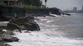 Große Wellen, die auf Steinstrand zusammenstoßen Langsame Bewegung stock footage