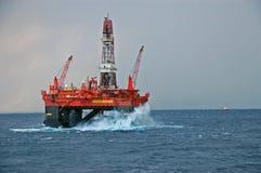 Große Wellen, die eine halb versenkbare Ölplattform schlagen Stockbild