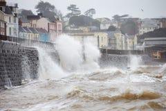 Große Wellen, die gegen Damm bei Dawlish in Devon brechen