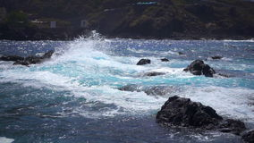 Große Wellen, die gegen den Steinstrand schlagen stock video