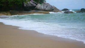 Große Wellen, die gegen die Felsen schlagen stock video