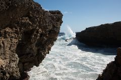 Große Wellen, die am Ufer zerquetschen lizenzfreie stockfotos