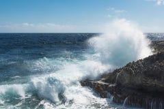 Große Wellen, die am Ufer zerquetschen lizenzfreie stockbilder
