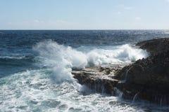 Große Wellen, die am Ufer zerquetschen stockfoto