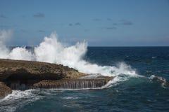 Große Wellen, die am Ufer zerquetschen stockfotos
