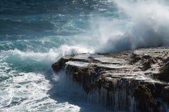 Große Wellen, die am Ufer zerquetschen lizenzfreies stockbild