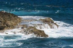 Große Wellen, die am Ufer zerquetschen lizenzfreies stockfoto