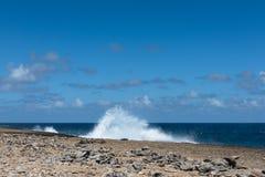 Große Wellen, die am Ufer zerquetschen stockbild
