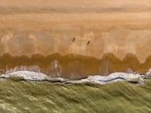 Große Wellen, die unten zur Strandvogelperspektivespitze zusammenstoßen lizenzfreie stockfotografie