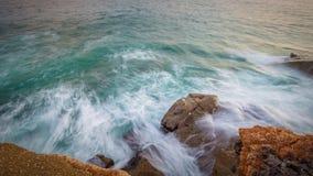 Große Wellen in einem Küsten in Costa Brava in Spanien lizenzfreies stockbild