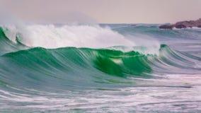 Große Wellen in einem Küsten in Costa Brava in Spanien lizenzfreie stockbilder
