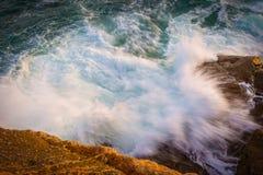 Große Wellen in einem Küsten in Costa Brava in Spanien stockbilder