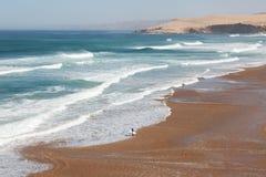 Große Wellen in einem surfenden Strand Stockbilder
