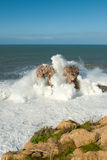 Große Wellen gegen die Felsen Stockfotografie