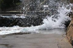 Große Wellen im Hafen in Collioure Stockbilder
