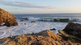 Große Wellen am Strand Stockfotos