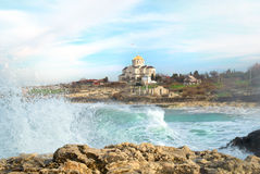 Große Wellen und das Schloss Stockfotos