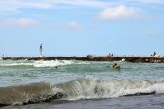 Große Wellen und Surfer an Kincardine-` s Station setzen auf den Strand lizenzfreie stockfotos