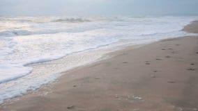 Große Wellen während eines Sturms in der Küste stock video footage