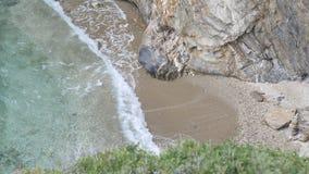 Große Wellen zerstoßen auf den Felsen Stockbild