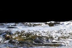 Große windige Wellen, die über Felsen spritzen Bewegen Sie Spritzen im See auf schwarzem Hintergrund wellenartig Wellen, die auf  Stockbilder