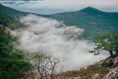 Große Wolke zwischen Bergen Lizenzfreies Stockbild