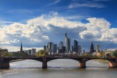 Große Wolken über den Skylinen von Frankfurt Lizenzfreies Stockfoto