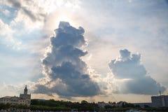 Große Wolken über der Stadt in der Sonne stockfotografie