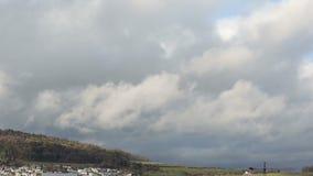 Große Wolken, die über eine Kleinstadt sich bewegen stock video