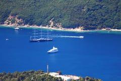 Große Yacht auf nahem Ufer des blauen Wassers Lizenzfreie Stockfotografie
