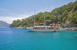 Große Yacht machte in einer szenischen blauen türkischen Bucht fest Stockbilder