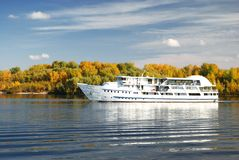 Große Yacht und Fluss Lizenzfreies Stockbild