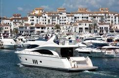 Große Yachten Puerto Banus im Hafen Stockbilder