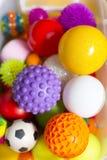 Große Zahl von bunten Plastikspielzeugbällen mit verschiedenen Farben zusammen in einem Korb lizenzfreies stockfoto
