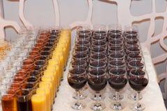 Große Zahl von den alkoholfreien Getränken bereit zu einem Bankett, Schuss von oben Lizenzfreie Stockfotografie