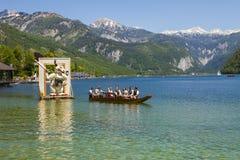 Große Zahlen von Narzissen, die in den Alpenwiesen wachsen, Schwimmen im See Festival Narzissenfest lizenzfreies stockbild