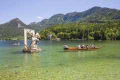 Große Zahlen von Narzissen, die in den Alpenwiesen wachsen, Schwimmen im See Festival Narzissenfest stockfotografie