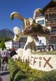 Große Zahlen von Narzissen, die in den Alpenwiesen wachsen, Schwimmen im See Festival Narzissenfest lizenzfreie stockfotos
