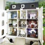 Große Zeitraum Art versorgtes englisches Puppen-Haus Stockbilder